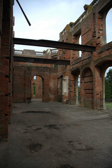 The ruined ballroom. Author: Robek. CC BY-SA 2.5