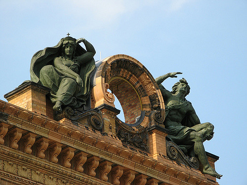 The sculptures at the top of the train station. Author:Burak BilginCC BY 2.0