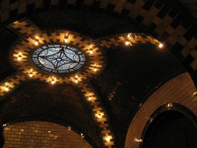 City Hall Subway Station ceiling arches – Author: Salim Virji – CC BY 2.0