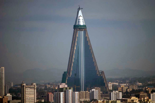 Ryugyong Hotel almost fully covered with glass plates / photo taken on 2009.08.01 – Author: 準建築人手札網站 Forgemind ArchiMedia – CC BY 2.0
