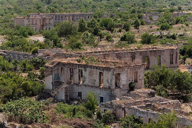 Vegetation has overtaken the ruins/ KennyOMG – CC BY-SA 4.0