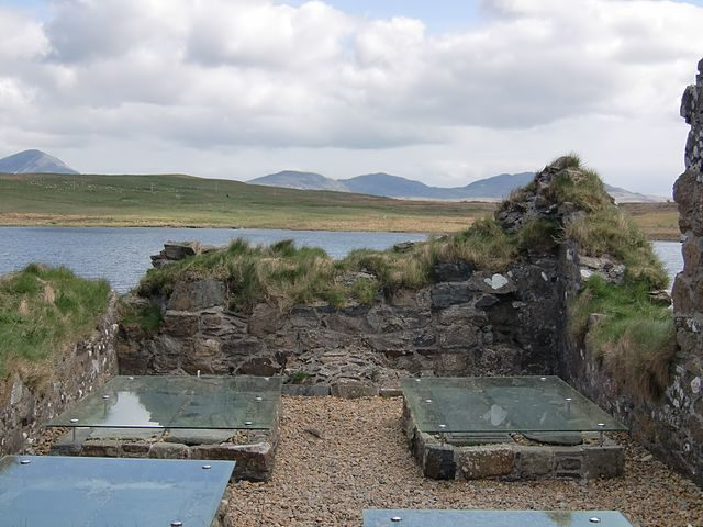Ancient graves/ Author: W. L. Tarbert – CC BY-SA 3.0