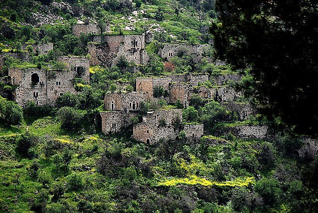 Depopulated homes on the hillside/ Author: Yehudit Alayoff – CC BY-SA 4.0