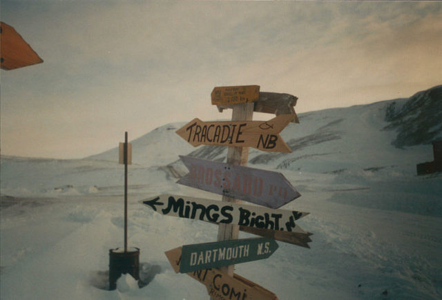 One of three signposts in Nanisivik showing directions to various cities and towns. Author: Kelapstick. CC BY-SA 3.0