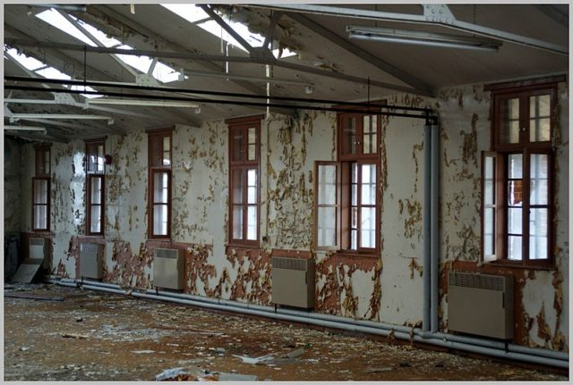 A decaying interior long since abandoned. Author:Skin – ubxCC BY 2.0