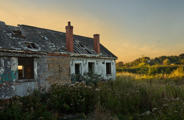Destroyed building and sunset. Author:Richard SzwejkowskiCC BY-SA 2.0