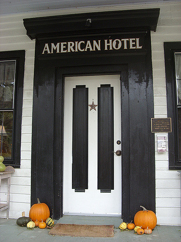 Entrance to the American Hotel. Author:Doug KerrCC BY-SA 2.0