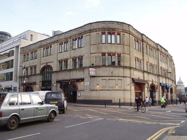 Outside Turnmills nightclub venue, corner of Farringdon Lane and Clerkenwell Road. Author: Rubberist