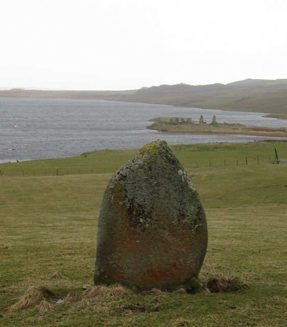 Standing stone, probably the only surviving stone of a larger ceremonial site/ Author: Gordon Hatton – CC BY-SA 2.0
