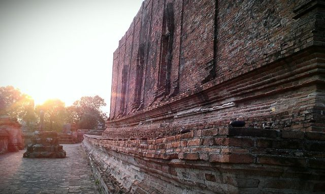 Sunset down the side of the monastery. Author: Jarunee.K CC BY-SA 3.0