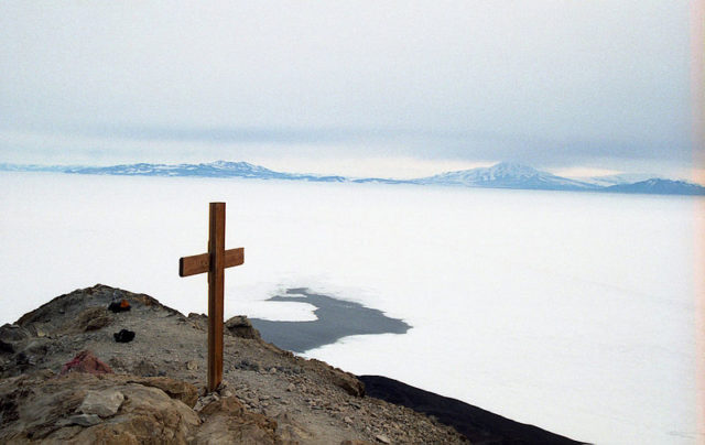 The cross erected in memory of Captain Scott. Author:User:BarneygumbleCC BY-SA 3.0
