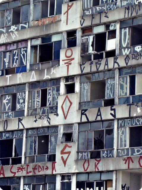 The facade covered with graffiti. Author: LiaC. CC BY-SA 3.0