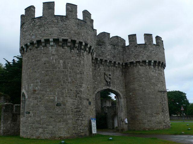 The gateway of the castle. Author: Eirian Evans. CC BY-SA 2.0