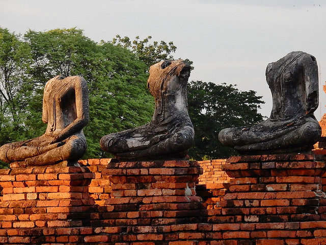 The headless statues. Author:Michael CoghlanCC BY-SA 2.0