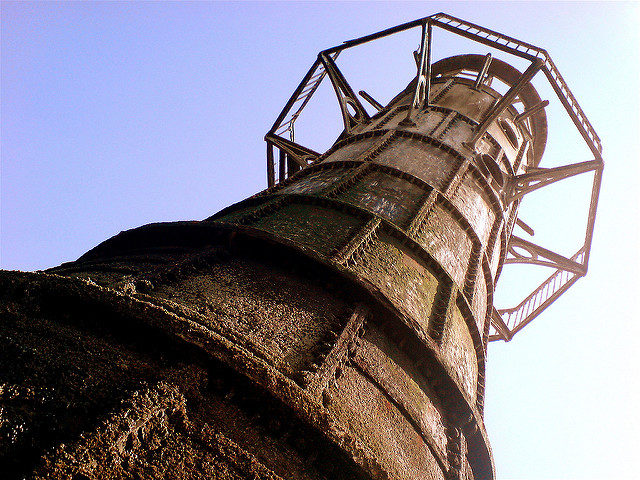 The iron plates and the barely visible iron bolts. Author:Thomas GuestCC BY 2.0
