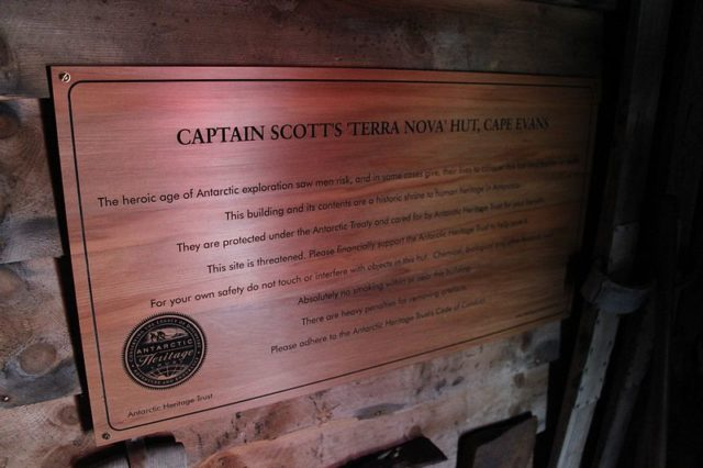 The plaque placed inside the hut. Author:Eli DukeCC BY-SA 2.0
