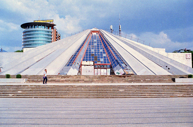 The platform upon which the pyramid is constructed. Author:Internauten BasisCC BY-SA 2.0