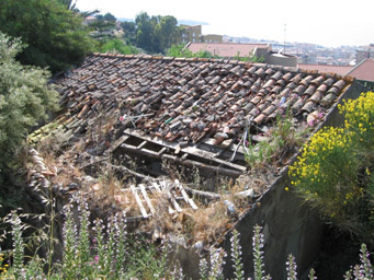 The house is slowly crumbling/Author: Frater Kybernetes – CC BY-SA 2.0