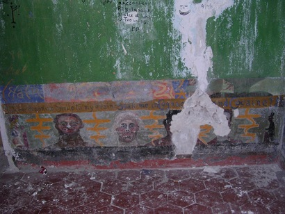 Fresco with heads/Author: Frater Kybernetes – CC BY-SA 2.0