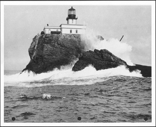 Waves smashing against the rock. Author: U.S. National Archives and Records AdministrationPublic Domain