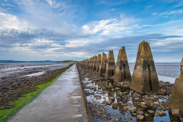 Cramond island causeway and pylons at low tide – Author: Chris Combe – CC BY 2.0