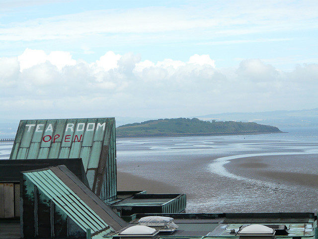 The Tea Room is open and Cramond Island is visible in the distance – Author: Sean Murray – CC BY 2.0