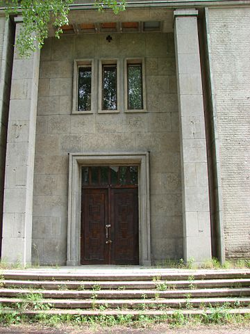 Entrance to the Officers Club in Krampnitz – Author: Elvira Schmidt – CC BY-SA 3.0