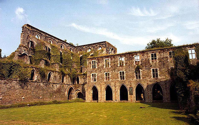 Ruins of the nave, right transept and northern part cloister of the abbey church/ Author: Jean-Pol GRANDMONT – CC BY 3.0