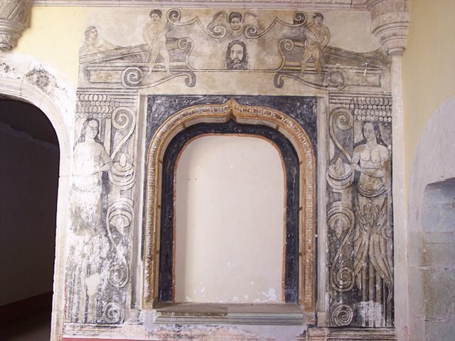 The murals show signs of decaying/ Author: User:Gengiskanhg – CC BY-SA 3.0