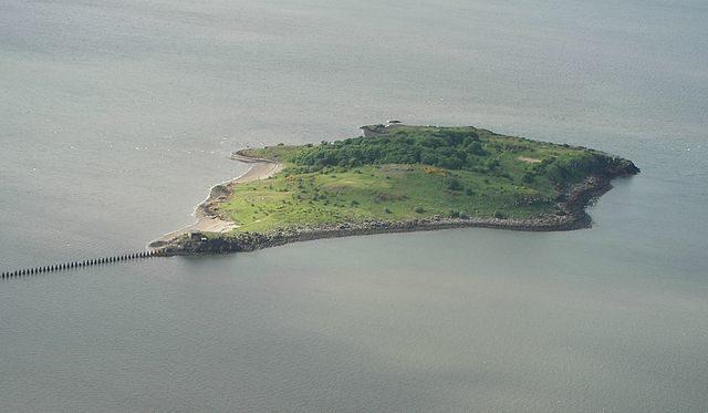 Cramond Island from the air – Author: Mtcv – CC BY-SA 3.0
