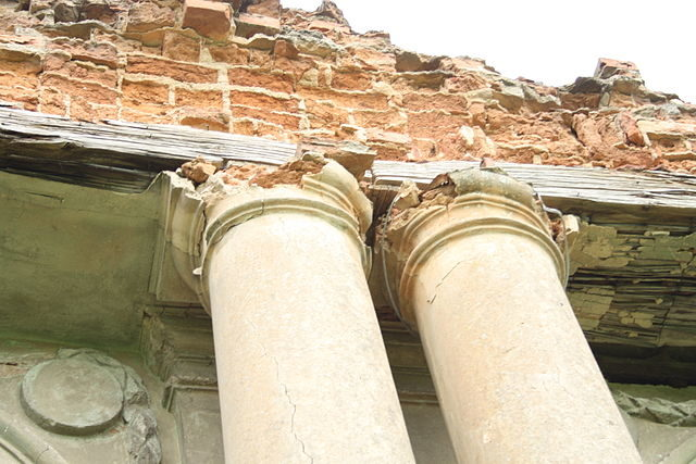 The ruined columns. Author: Arcamster – CC BY-SA 3.0