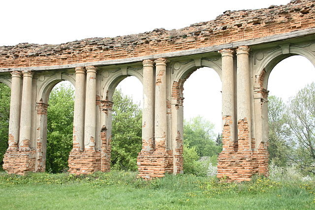 The decorated columns and arches. Author: Arcamster – CC BY-SA 3.0