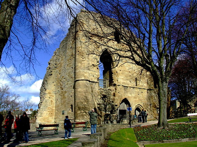 The ruins of the fortified tower of Knaresborough Castle/ Author: Redvers – CC BY 2.0