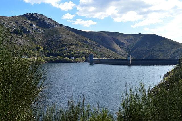 The dam at Vilarinho das Furnas – Author: Beatriznog10 – CC BY-SA 3.0