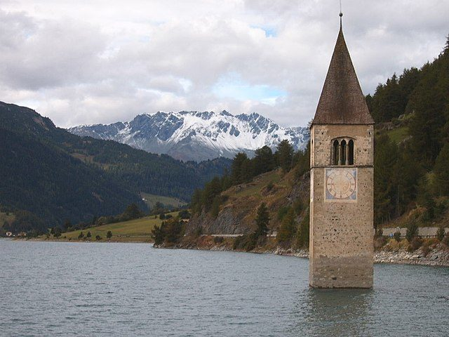 Lake view with sunken church spire. Author: Markus Bernet – CC BY-SA 2.0
