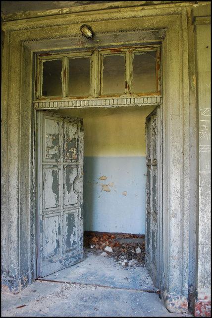 Pastel door decomposing slowly – Author: LulaTaHula – CC-BY 2.0
