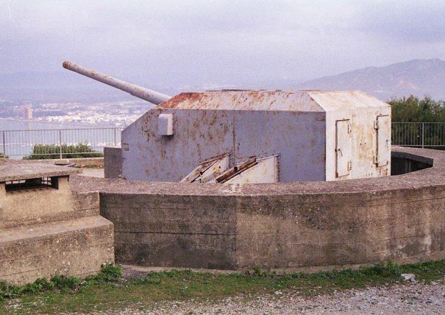A 5.25-inch gun battery. Author:OkehillsCC BY 2.0