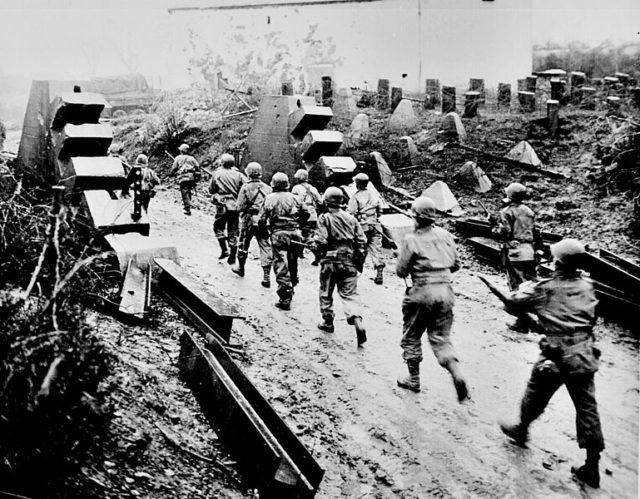 Americans cross the Siegfried Line. Author: Saperaud CC BY-SA 3.0