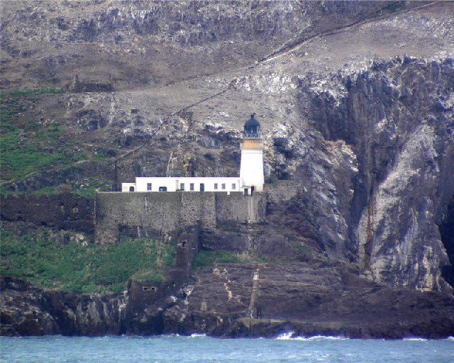 Bass Rock Lighthouse on top of the old castle. Author:Lee KindnessCC BY-SA 2.0