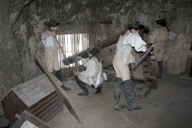 Model of British gunners firing from an embrasure. Author:PriorymanCC BY-SA 3.0