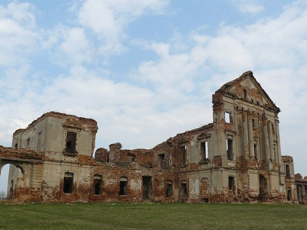 The roofless Ruzhany Palace. Author: Katsyaryna Sidarenka – CC BY-SA 3.0