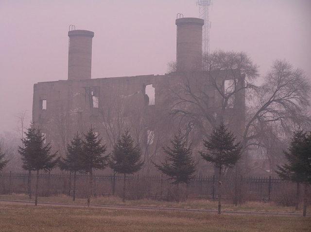 Huge chimneys, part of an abandoned facility. Author:松岡明芳CC BY-SA 3.0