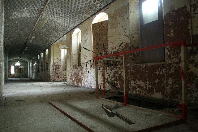Marked deep hole by the wall. Author:Olga PavlovskyCC BY 2.0