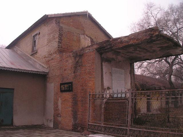 Semi-destroyed building. Author: 松岡明芳CC BY-SA 3.0