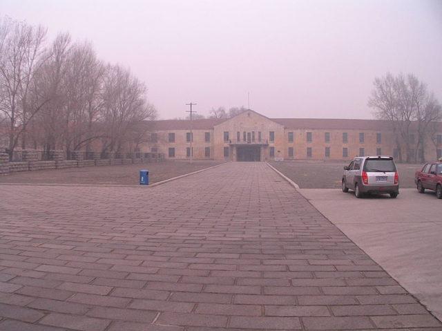 The buildings during a foggy day. Author: 松岡明芳CC BY-SA 3.0