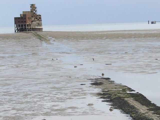 Grain Tower and the causeway at low tide. Author:Clem Rutter, Rochester KentCC BY-SA 3.0