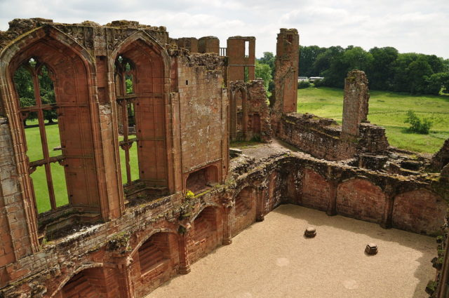 The remains of the Great Hall built by John of Gaunt. Author: Nilfanion. CC BY-SA 4.0