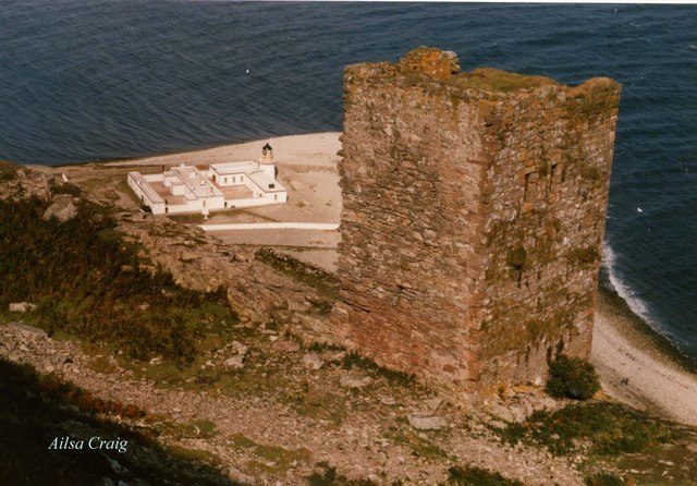 What is left of the castle. Author:Ron IrelandCC BY-SA 2.0