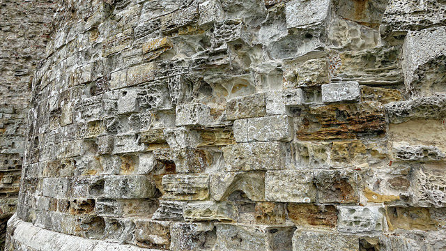 Camber Castle / This image shows the effect of five centuries of weathering on the stonework of the castle on the southern towers – Author: Tom Lee – CC BY 2.0