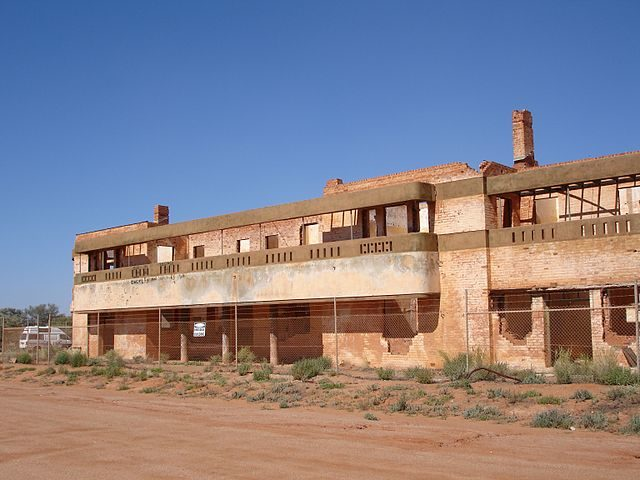The ruins of the Big Bell Hotel/ Author: Phcrack – CC BY-SA 3.0